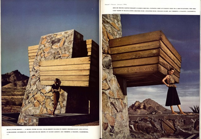 "Diana Vreeland (a sinistra) posa per Flight to the valley of the sun, ph. Louise Dahl-Wolf, ""Harper's Bazaar"", gennaio 1942. Il set è la Rose Paulson House in Arizona progettata da Frank Lloyd Wright."