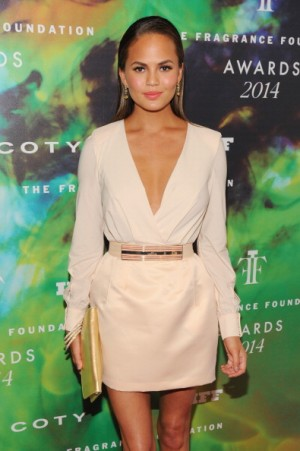 Chrissy Teigen opts maison's iconic colour at 2014 Fragrance Awards